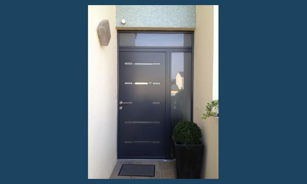 Pose de porte d'entrée aluminium